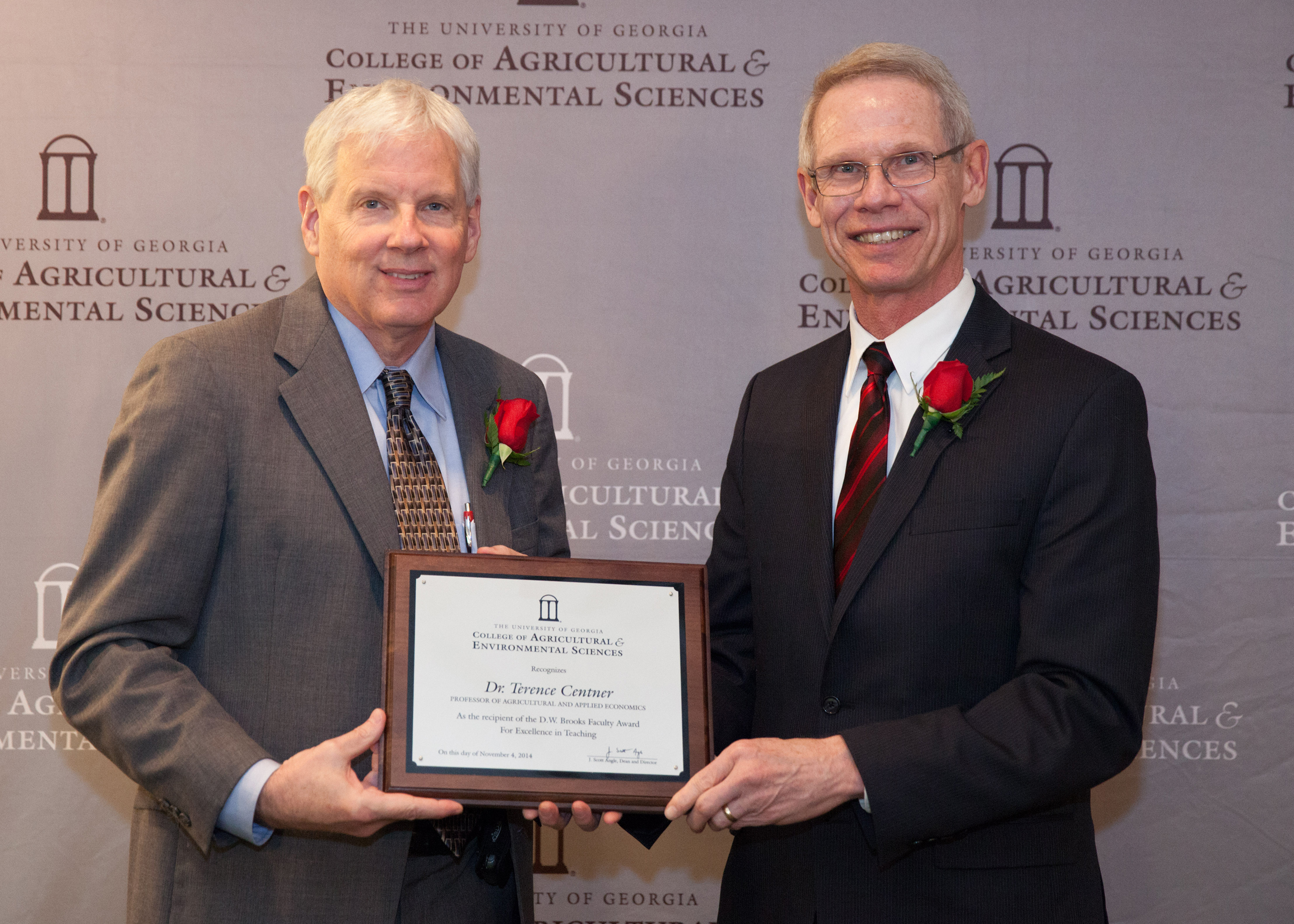 Dean J. Scott Angle presents Professor Terence Centner, of the Department of Agricultural and Applied Economics, with the D.W. Brooks Faculty Award for Excellence in Teaching. The award recognizes his work developing the college's pre-law and environmental law programs, and his innovative instruction in the classroom.