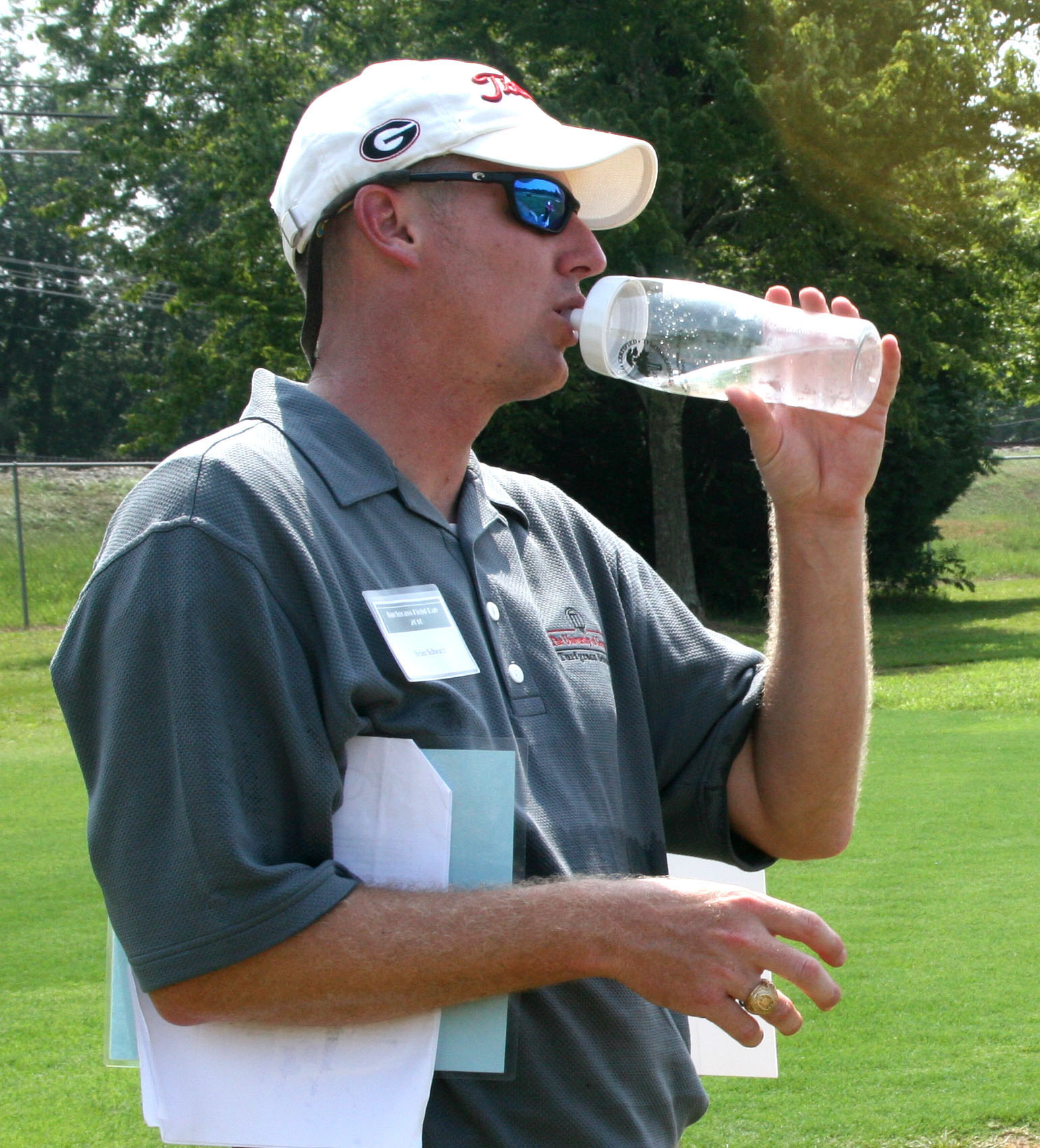During extremely hot weather it is essential to drink plenty of fluids to stay hydrated. University of Georgia experts say water is the best choice and caffinated or alcoholic drinks are the worst choices.